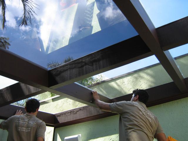 Teto de área externa. O filme ajuda a reduzir a luminosidade e calor no local