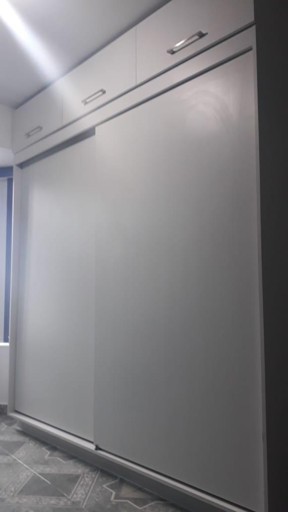 CLOSET CON MEDIDA DE 2.00 DE ANCHO X 2.30 DE ALTO FABRICADO EN TABLERO EN TONO LARICINA CIBERIA, CORREDERAS  DE CIERRE LENTO, PUERTAS CORREDIZAS, CORTE 45 EN CAJONES