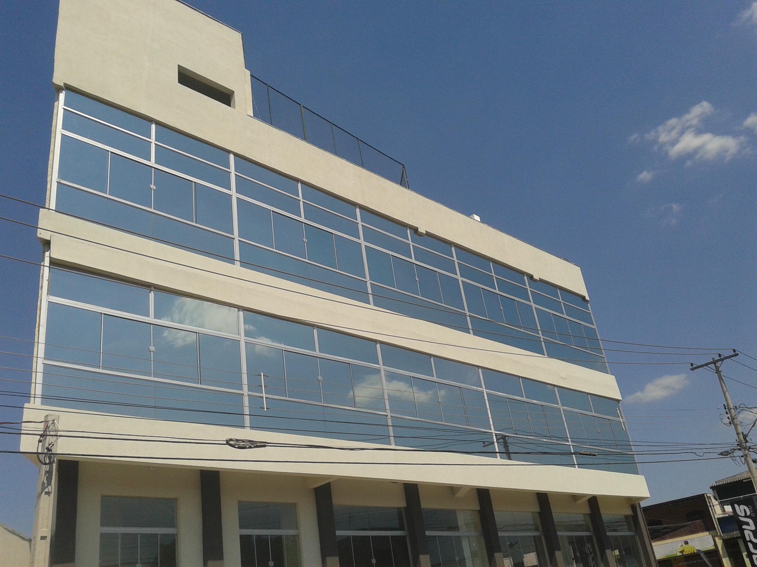 Fachada de academia de ginástica com película prata-fumê (Reduz 79% do calor, 99% de raios UV e ainda reduz luminosidade)