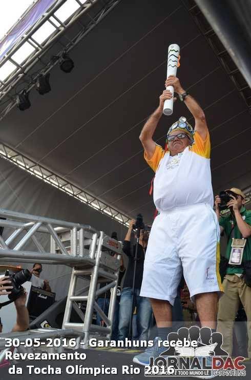 Luiz Gonzaga erguendo a tocha olímpica do Brasil