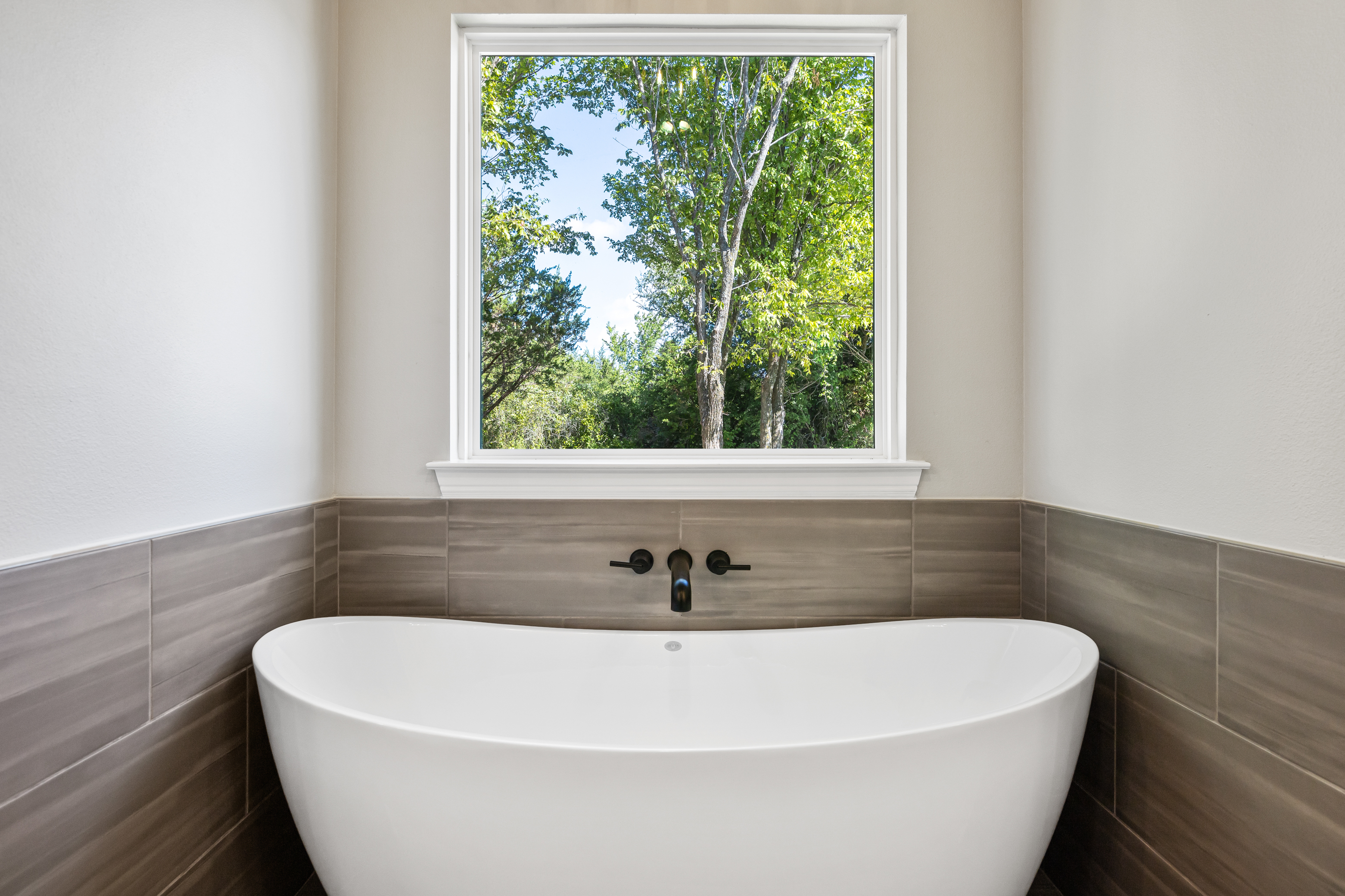 https://0201.nccdn.net/4_2/000/000/010/19b/master-bathtub.jpg