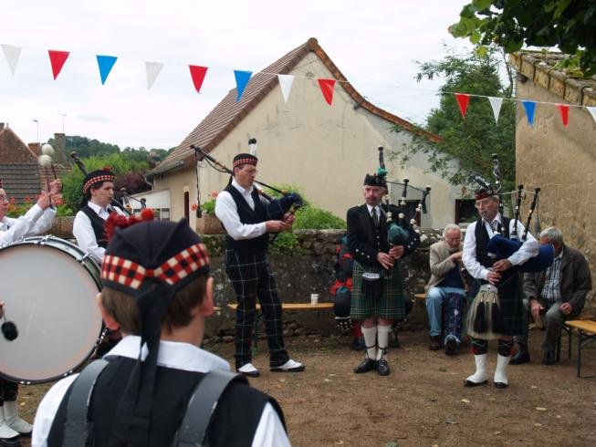 Glentrew pipe band - Viry Village Hall