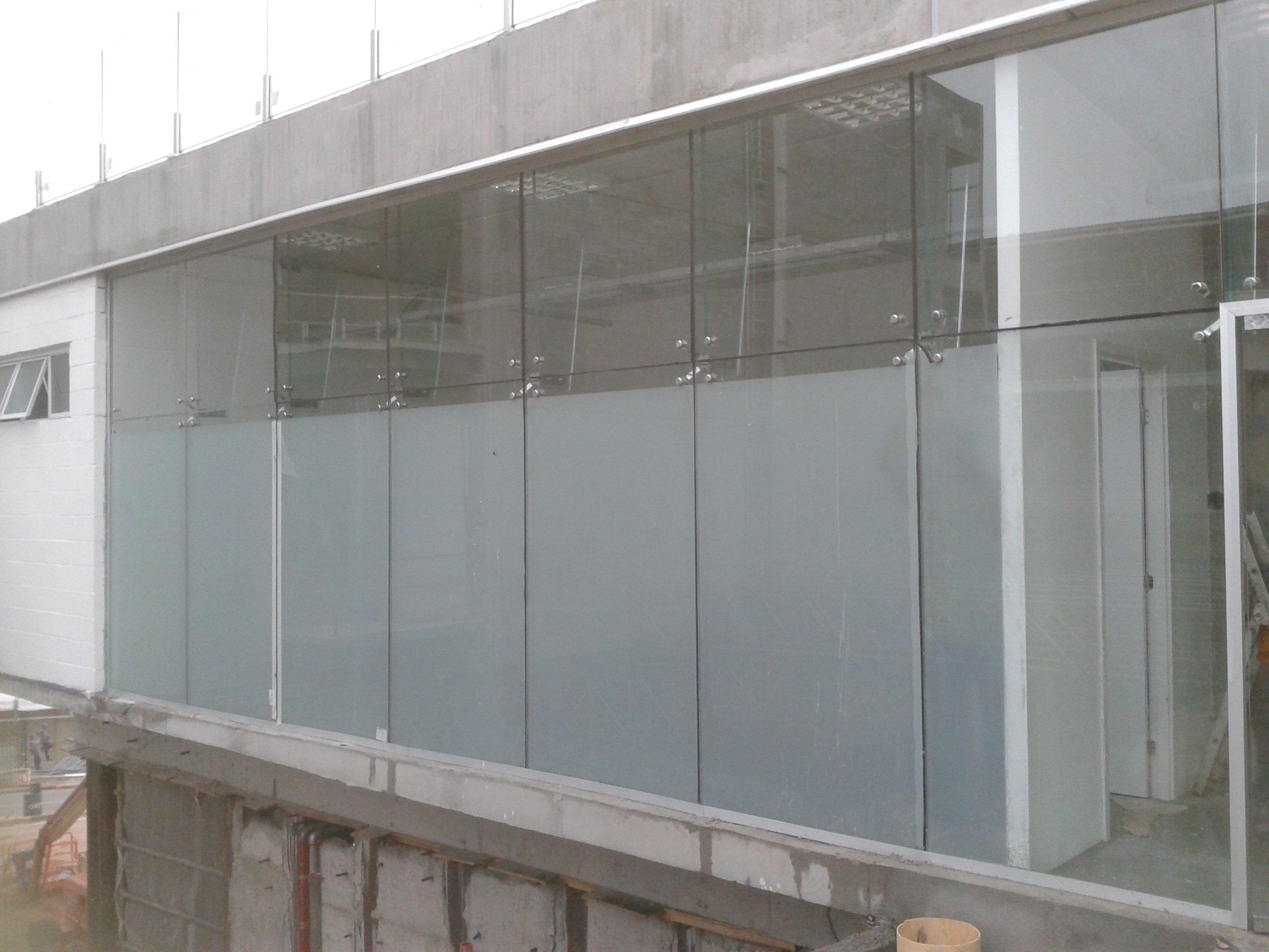 Salas com branco jateado. Película garante privacidade total do ambiente independente da luminosidade interna e externa
