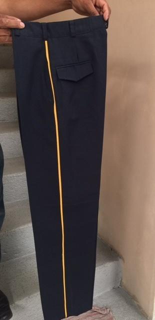 Pantalón Corte Recto vivos en color amarillo en los costados