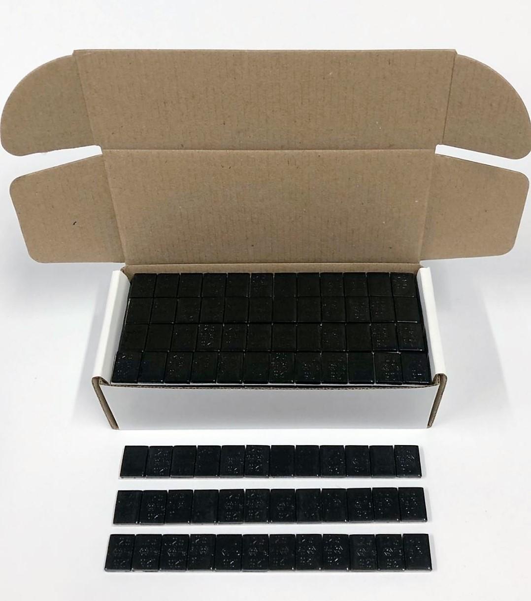 Barra adhesiva en color negro pasa desapercibida en rines de fondo negro