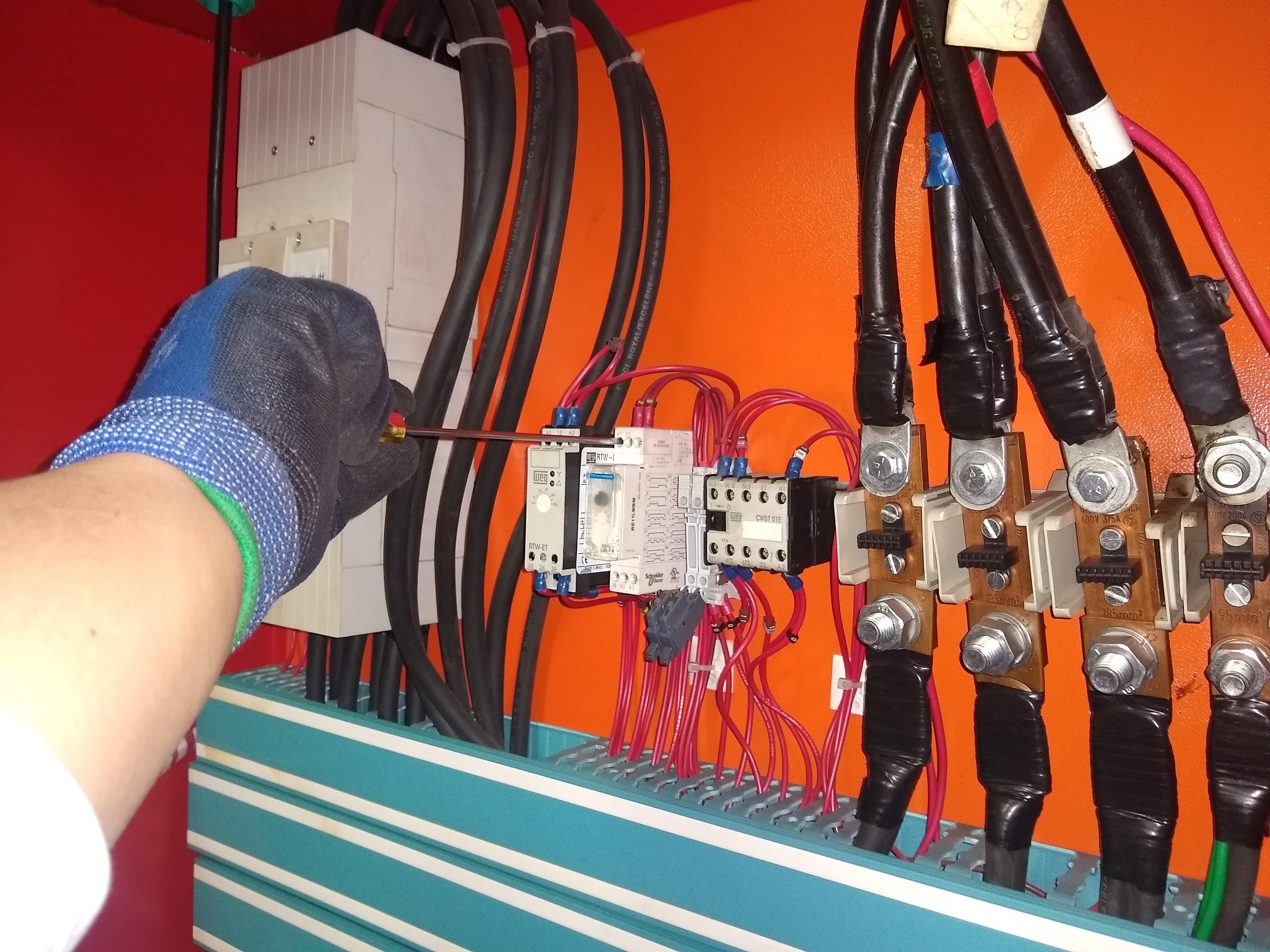 Ajuste de conexiones eléctricas a tableros de control.