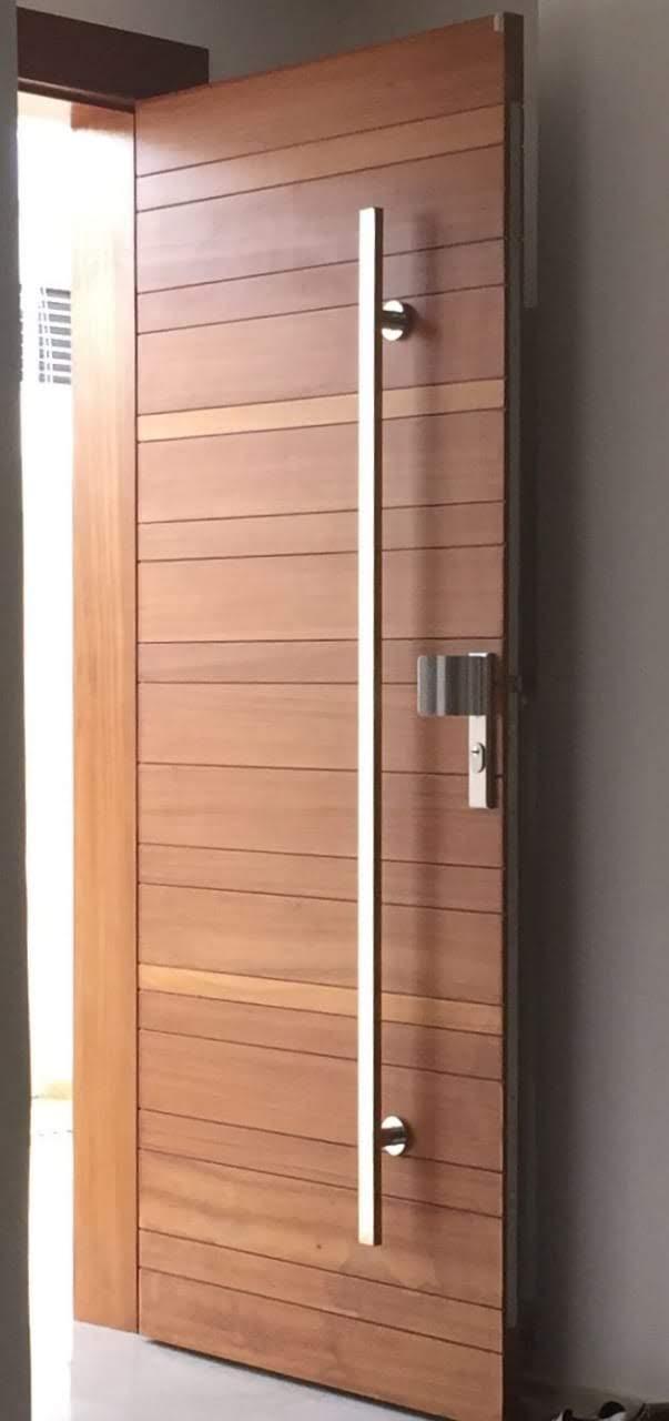 Porta 703 - Porta de madeira maciça, frisada, sistema de abertura por dobradiças e envernizada.