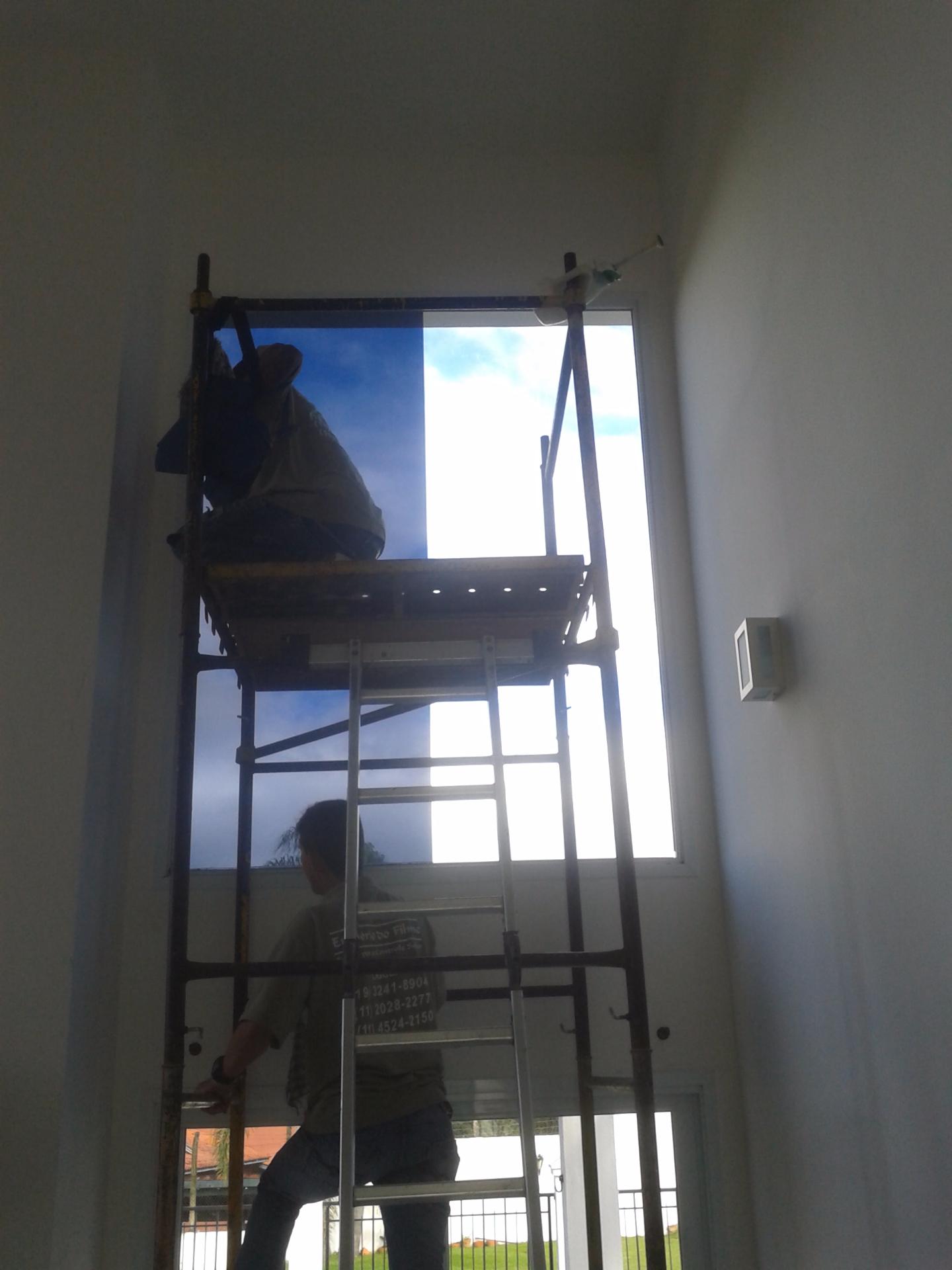 Trabalho com andaime utilizando equipamentos de segurança adequados para o trabalho