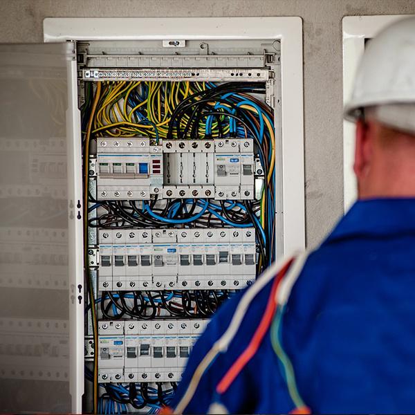 Fornecimento e instalação de bancos de capacitores, Instalação e manutenção de subestações abrigadas, mediante projeto Montagem de SPDA, Aterramento de estruturas metálicas, Instalação e manutenção de motor gerador a diesel Correção de fator potência Inspeção termográfica em quadros, painéis e equipamentos elétricos Instalações elétricas em geral de baixa e média tensão, Cálculos e projetos de instalações elétricas Contrato por empreitada global e lavor de instalações novas