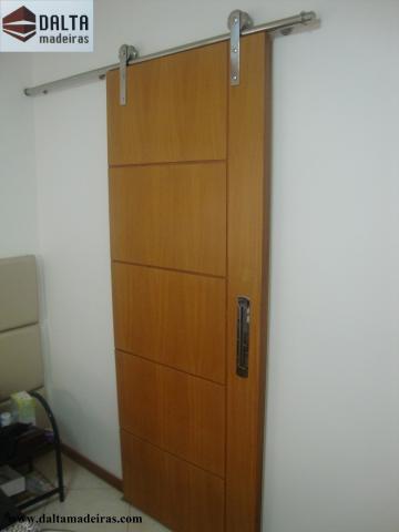 Porta 1101 - Frisos horizontal e vertical, lamina de peroba mica, envernizada.