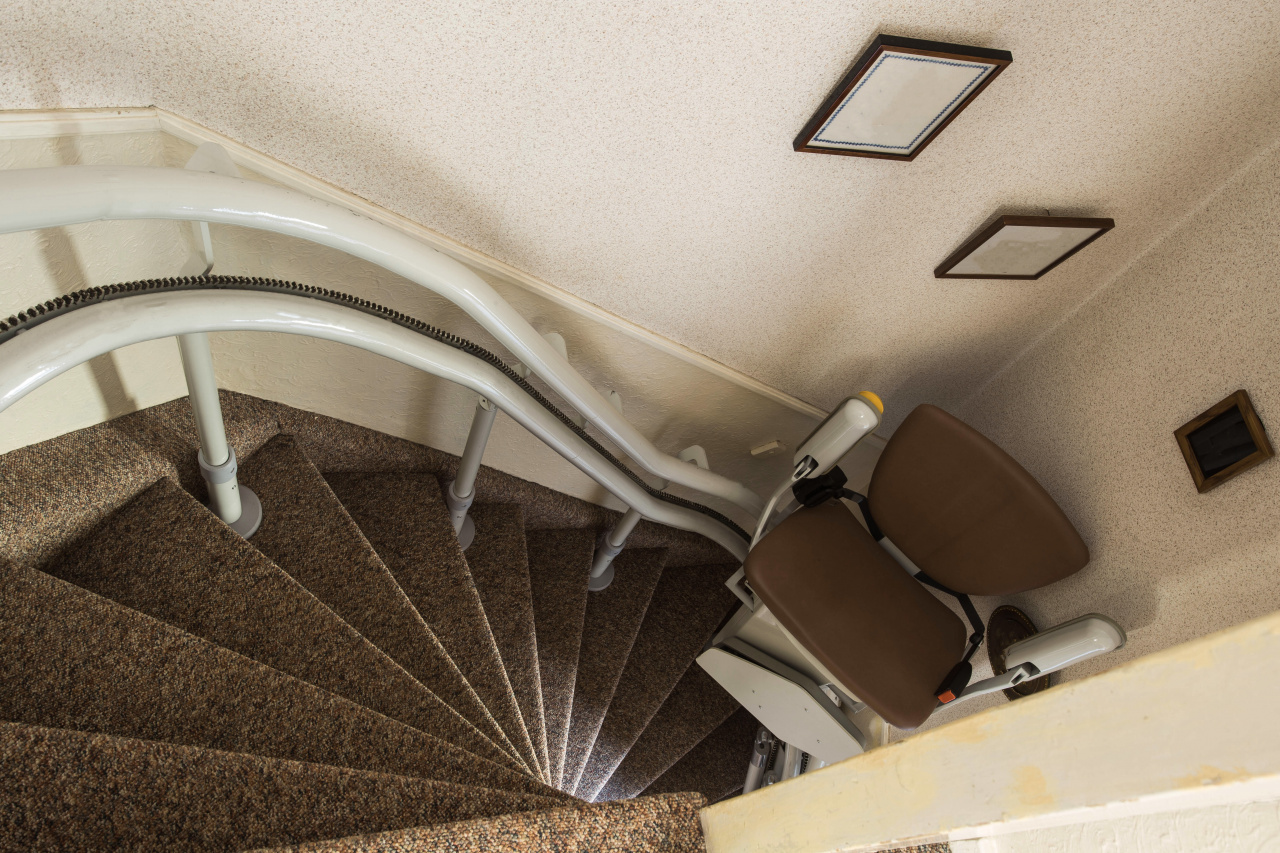 Stairlift chair for curved staircase