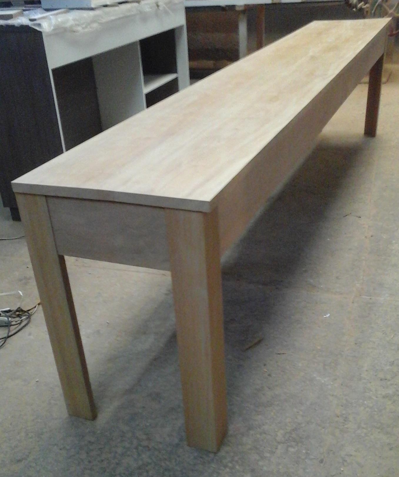 Mesa maciça em madeira de peroba mica.