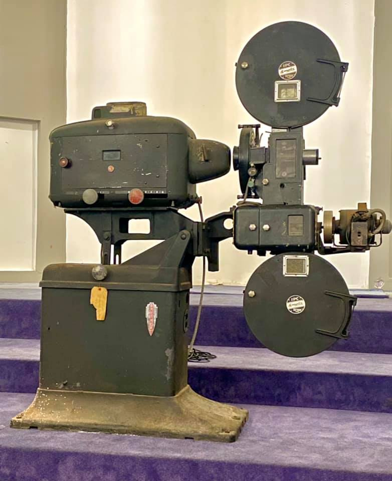 https://0201.nccdn.net/4_2/000/000/056/7dc/mov01-1932-simplex-brenkert-theater-projector.-early----talkies-.jpg
