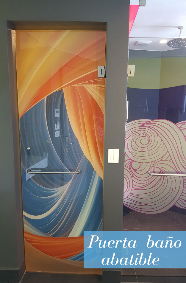 Puerta de cristal con diseño
