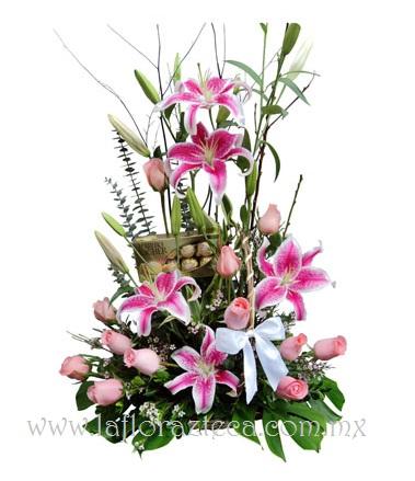 MD - 152  $1,480 Elegante diseño de rosas, acapulco y chocolates ferrero rocher 8pz