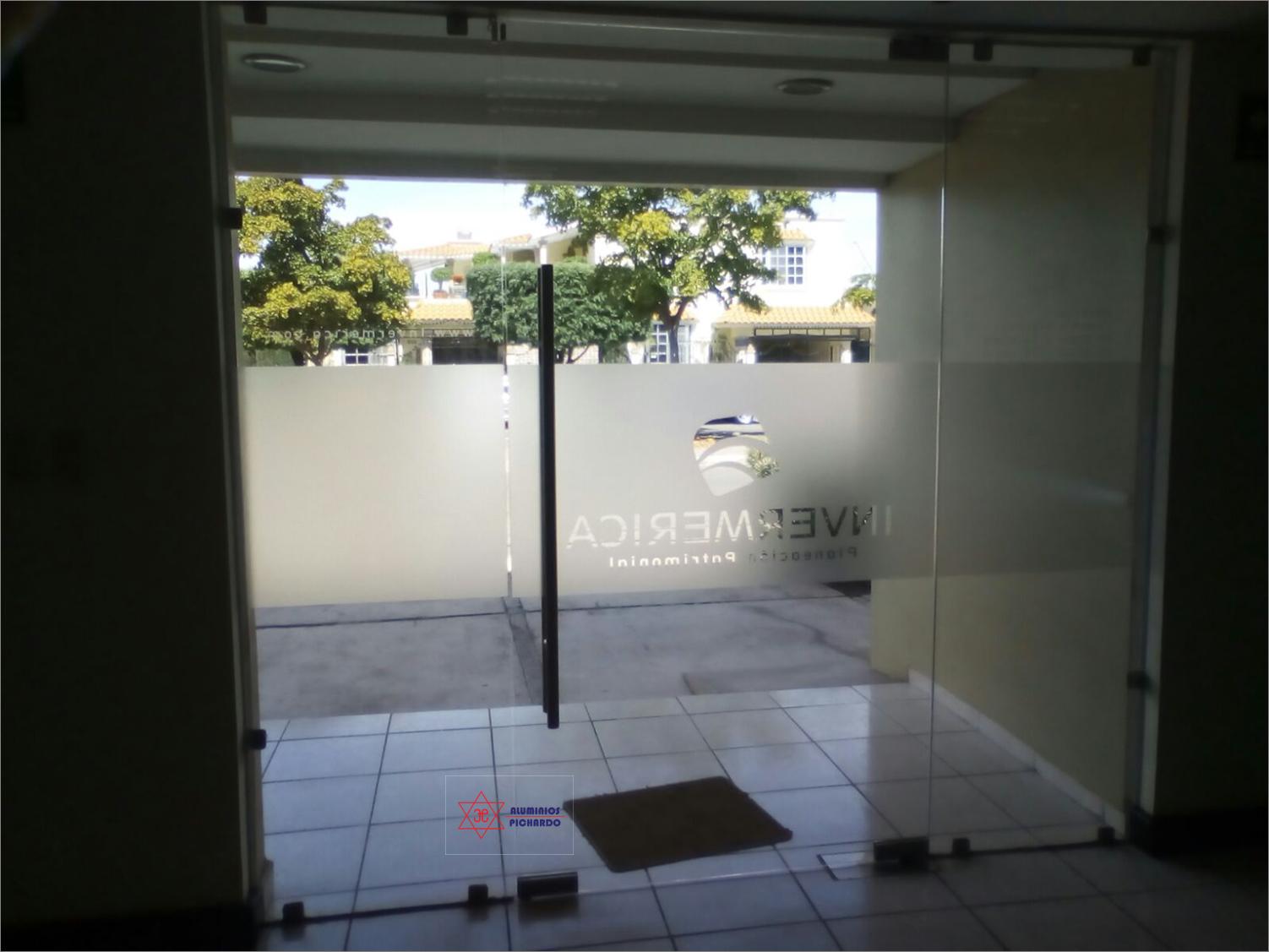 Puerta de cristal templado con vinil arenado
