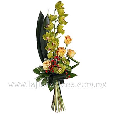 MD - 136  $1,280 Bouquet de orquídea cymbidium verde y rosas naranja
