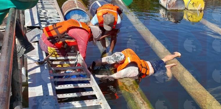 Cambio de tambos en el andén de la  barcaza de San Francisco Yosocuta    Mes: Enero