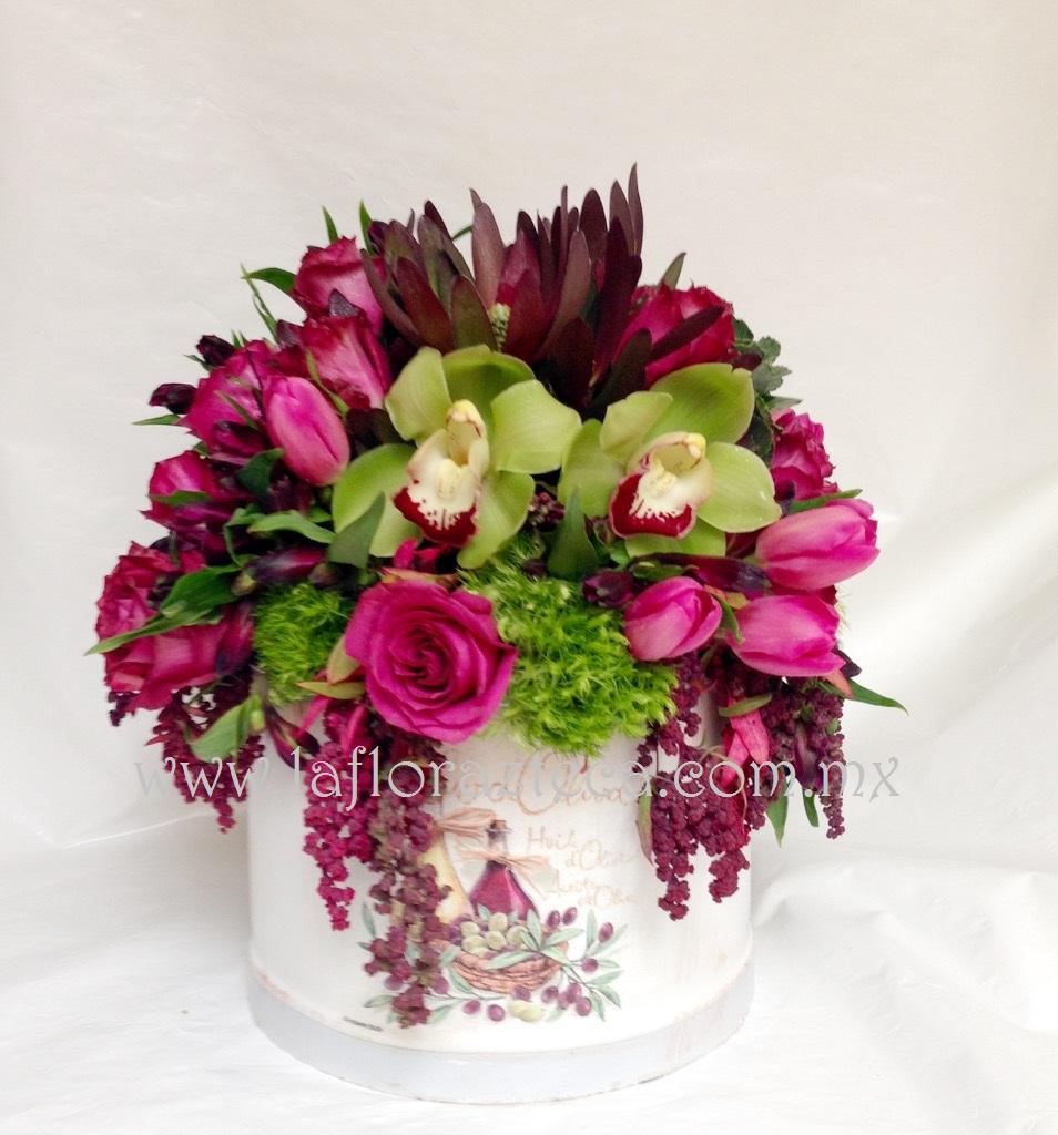 MD - 126  $1,880 Composición estilo shabby chic con tulipanes,rosas y orquídeas