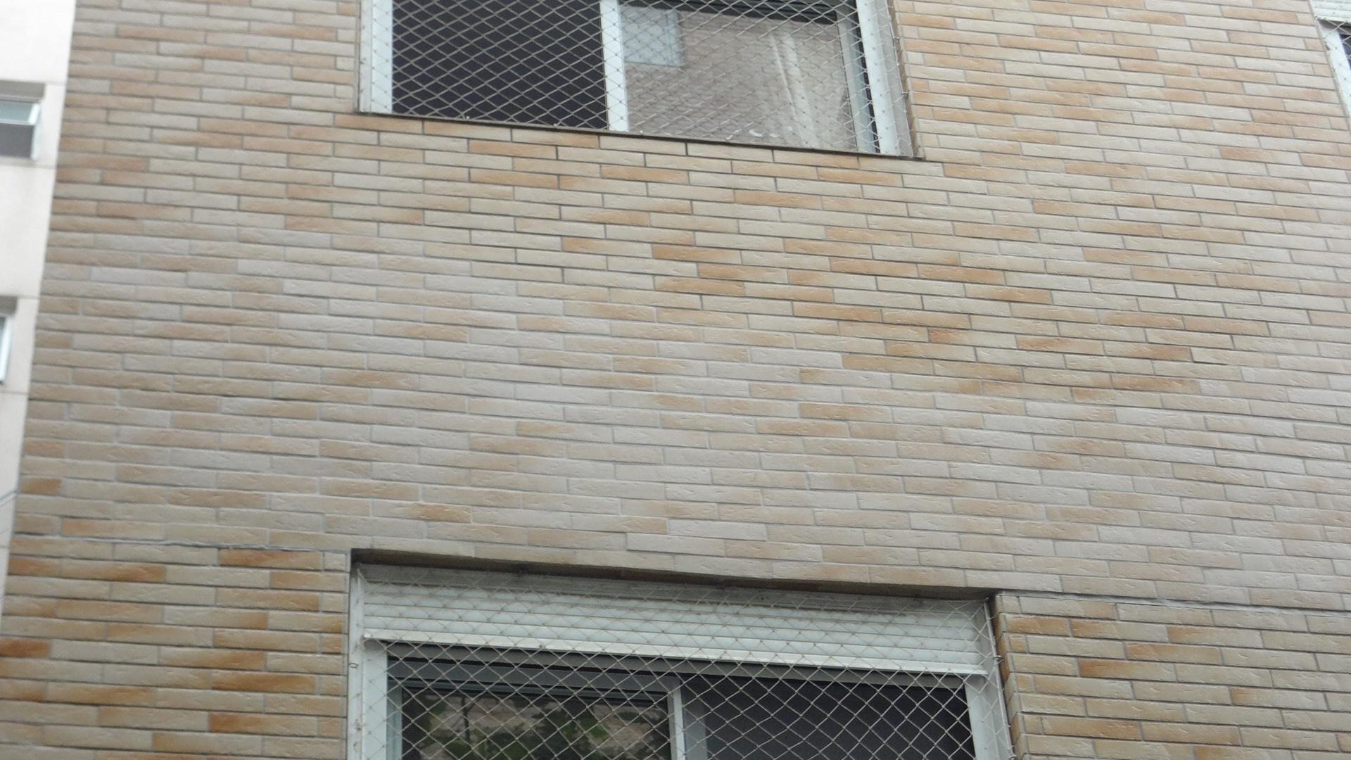 Detalhe - Assentamento e acabamento final do revestimento cerâmico.